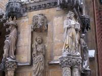 Figury przy wejściu głównym