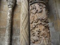 Kolumny dawnej katedry romańskiej przy wejściu