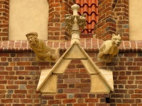 Odrestaurowane maszkarony na elewacji pd.