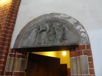 Tympanon fundacyjny nad drzwiami do zakrystii