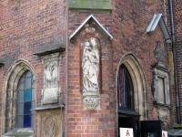 Gotycka rzeźba przy dawnej zakrystii kościoła