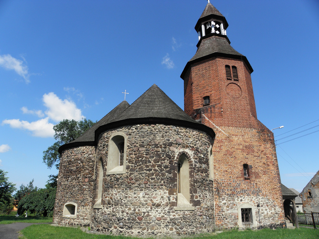 Dobudowana wieża kościółka w Stroni
