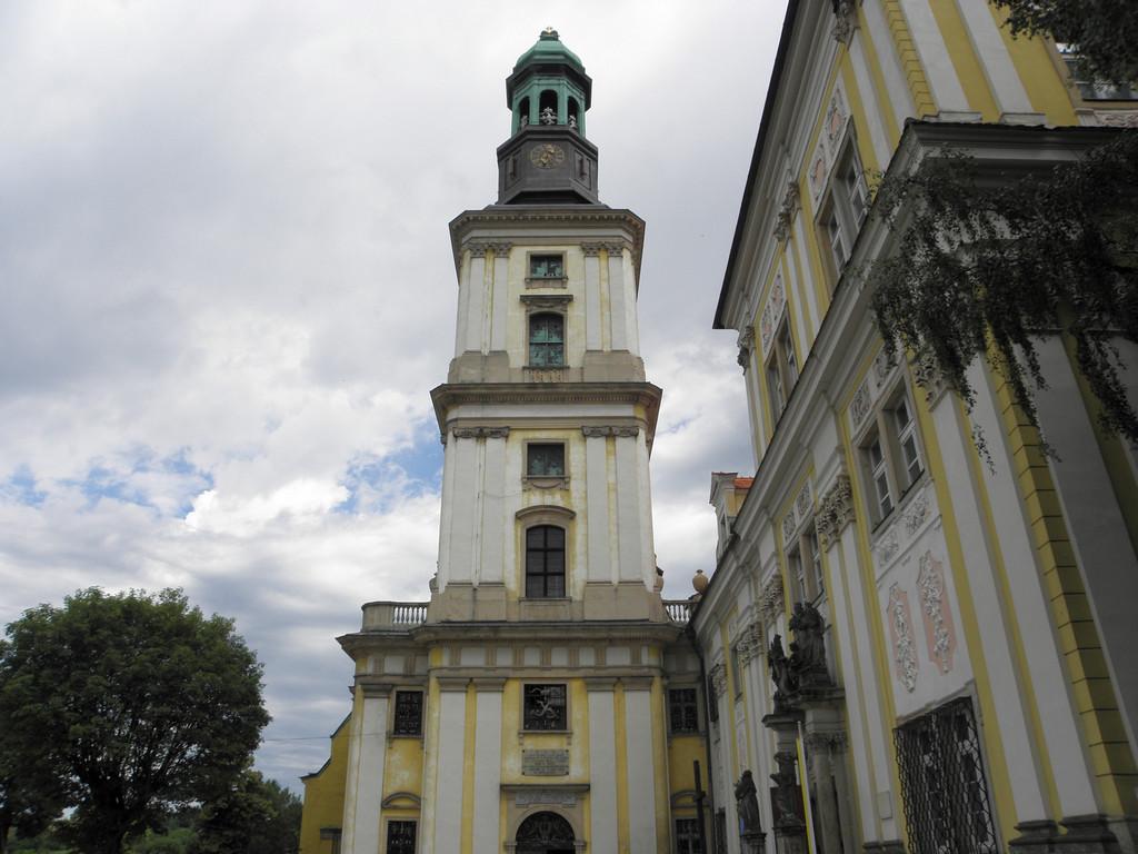 Na dziedzińcu kościoła w Trzebnicy